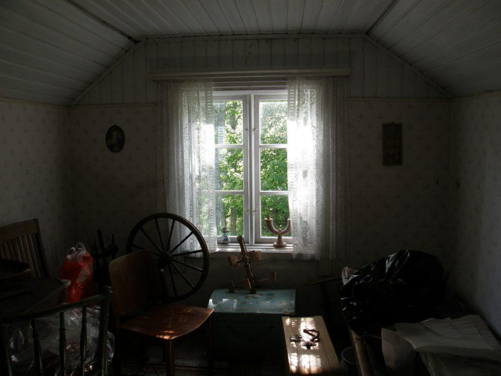 Kakskerran Kotiseutuyhdistyksen torpan yläkerran pikkuhuoneesta kuva, näkyy rukki ja vanhoja huonekaluja.